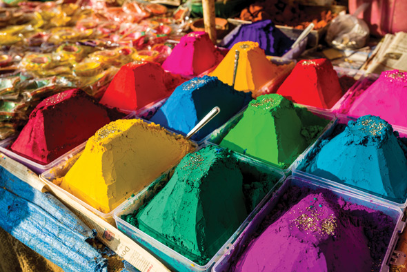 Colour powder in different colors is displayed in heaps for sale, Mumbai, Maharashtra, India © Alamy
