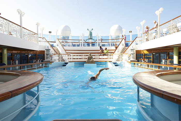 The outdoor swimming pool © Princess Cruises