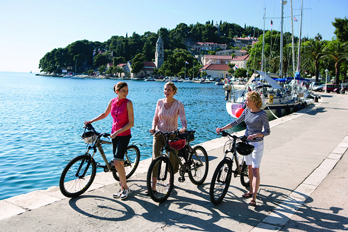 A city cycle tour allows you to combine culture and an activity © Royal Caribbean International