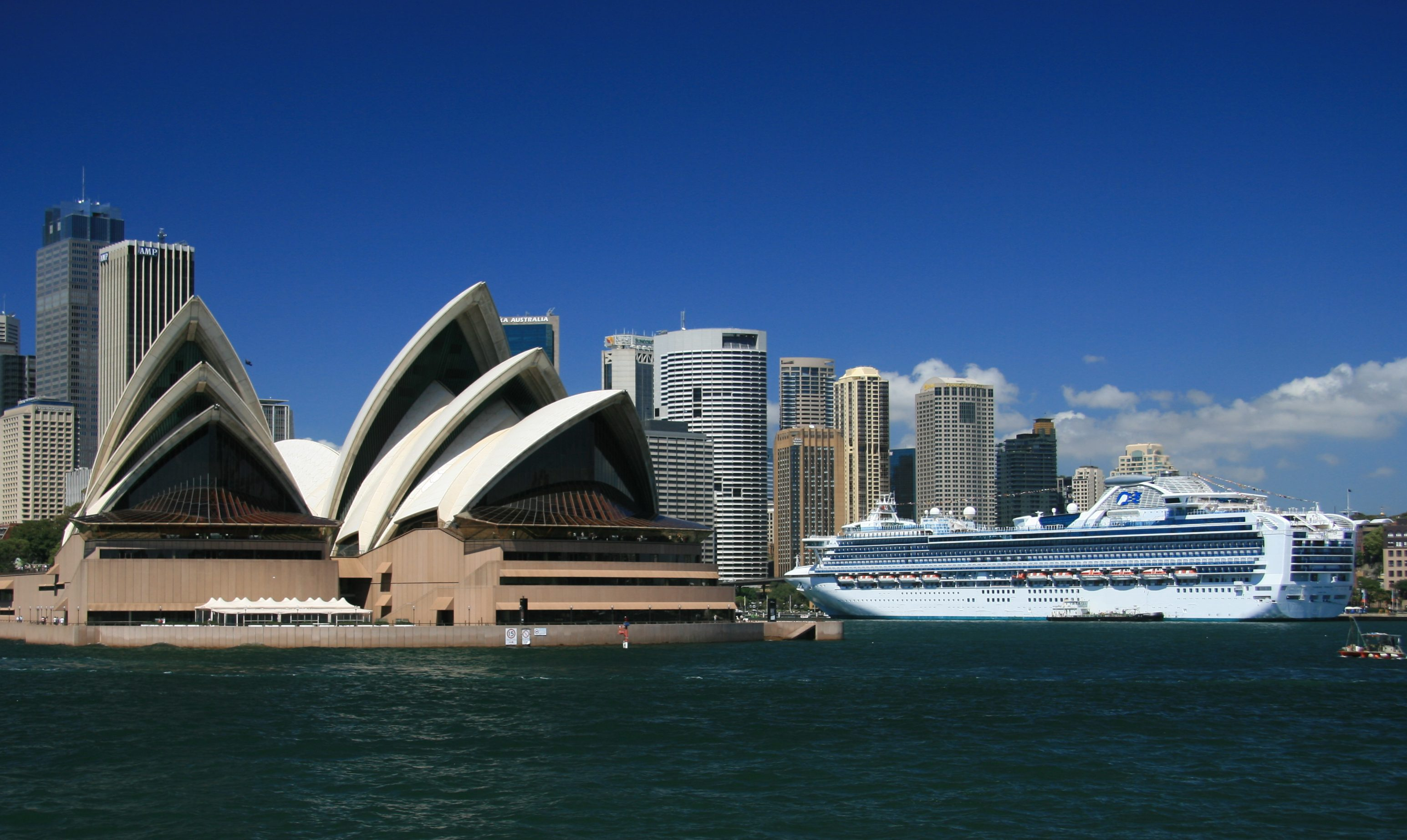 Diamond Princess in Sydney Harbour Bridge © Princess Cruises