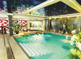 Cunard's Queen Victoria swimming pools cruise deal of the day