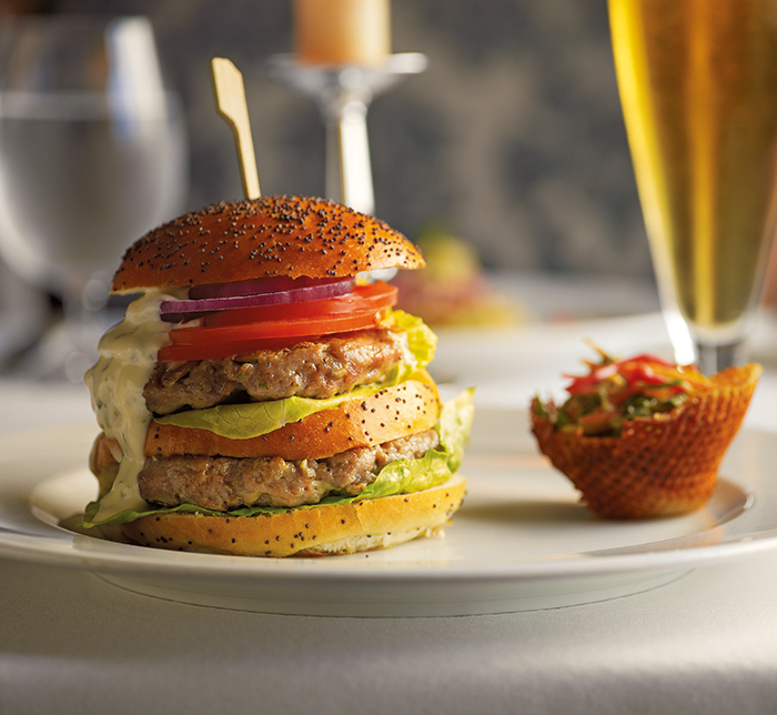 A juicy burger at the Waves Grill © Oceania Cruises